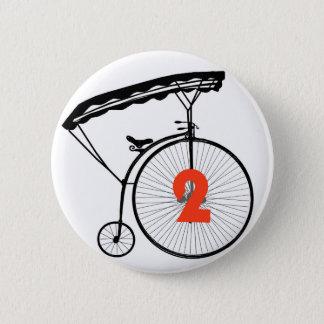 "Number 2バッジにボタンをかけます-番号を付けて下さい2つに囚人"" 5.7cm 丸型バッジ"