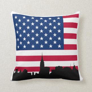 NYCのスカイラインのシルエット、米国旗の白いボーダー クッション