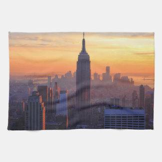 NYCのスカイライン: エンパイア・ステート・ビルディングのオレンジ日没2 キッチンタオル