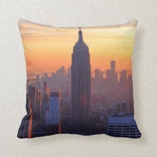 NYCのスカイライン: エンパイア・ステート・ビルディングのオレンジ日没2 クッション