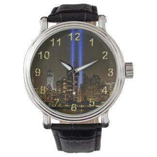 NYCのスカイライン: ライト2013 #1のWTC 9/11の捧げ物 腕時計