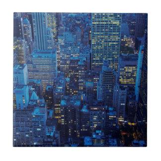 NYCのスカイライン、薄暗がりの高角の眺め タイル