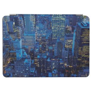 NYCのスカイライン、薄暗がりの高角の眺め iPad AIR カバー