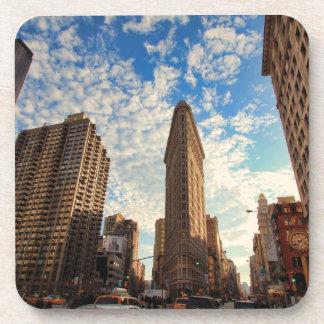 NYCのFlatironの建物、広い眺め、ふくらんでいる雲 コースター