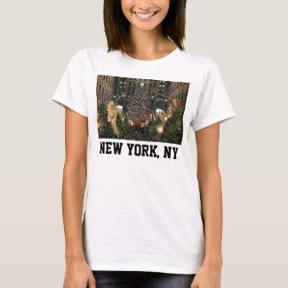 NYCロックフェラーの中心のクリスマスの木の落ちる雪 Tシャツ