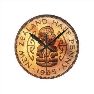 NZニュージーランドの半分のペニーのTikiの時計 ラウンド壁時計