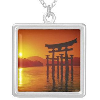 O-Toriiのゲート、Itsukushimaの神社、宮島、 シルバープレートネックレス