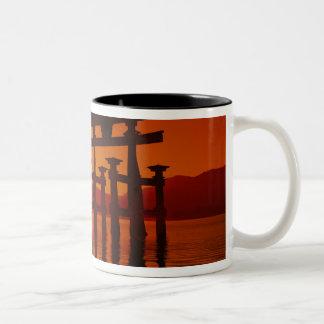 O-Toriiのゲート、Itsukushimaの神社、宮島、 ツートーンマグカップ