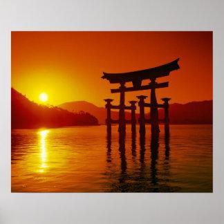 O-Toriiのゲート、Itsukushimaの神社、宮島、 ポスター