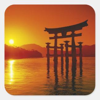 O-Toriiのゲート、Itsukushimaの神社、宮島、 正方形シール・ステッカー