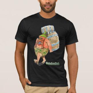 Octoberfestでビヤ樽を運んでいるバイエルン人 Tシャツ