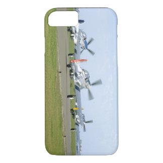 Off_WWIIの飛行機を取っている3匹のP51ムスタング iPhone 8/7ケース
