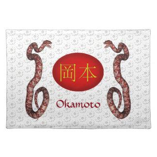 Okamotoのモノグラムのヘビ ランチョンマット