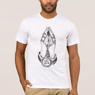 Om手のペンダントのTシャツ Tシャツ