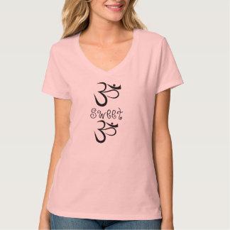 Om甘いOmの女性のTシャツ Tシャツ