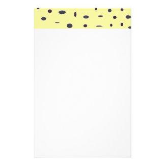 Omniはエレガントな浅い黄色の黒いパターンDOTS08に点を打ちます 便箋