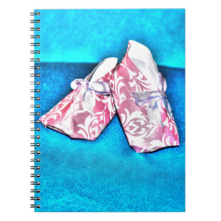 ORIGAMIのピンクの赤ん坊靴の和紙の芸術 ノートブック