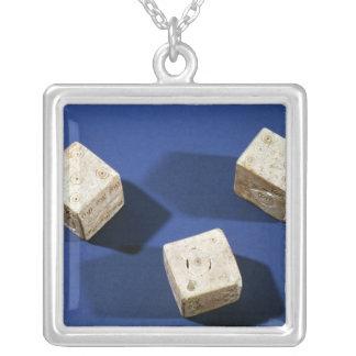 Osteriaのアクロポリスからの3つのサイコロ、 シルバープレートネックレス
