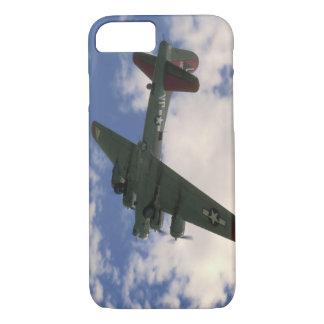 Overhead_WWIIの飛行機を飛ばすB17 iPhone 8/7ケース