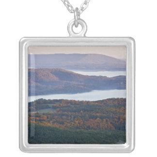 Ozarkの霧深い谷そして紅葉 シルバープレートネックレス