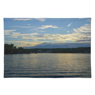 Ozarksの青の日没の湖 ランチョンマット