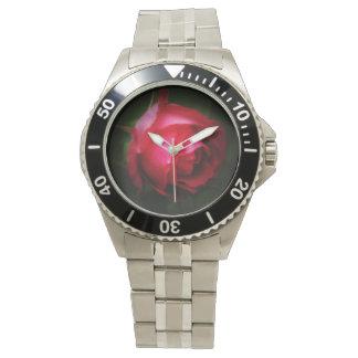 © P Wherrellの夢みるような赤いバラの芸術の写真 腕時計
