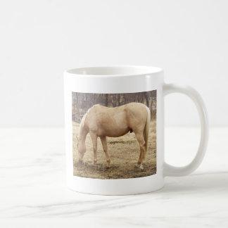 Palominoの馬を牧草を食べること コーヒーマグカップ