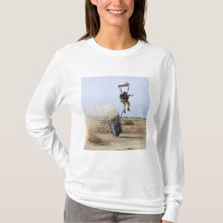 pararescuemanは地帯に落ちます tシャツ