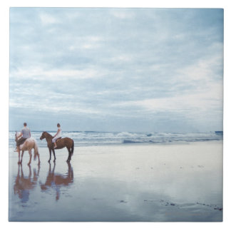 Parkiriのカップルの乗馬馬は新しいで浜に引き上げます タイル