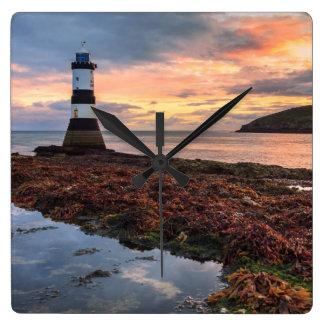 Penmonの灯台日の出|のツノメドリの島 スクエア壁時計