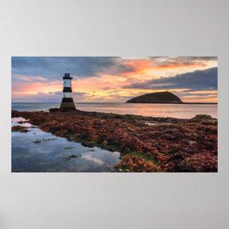 Penmonの灯台日の出|のツノメドリの島 ポスター
