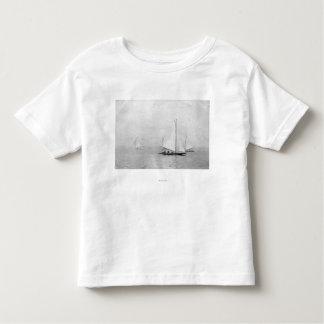 Photograpを航海するAstoria、オレゴンの年次レガッタ トドラーTシャツ