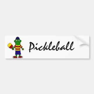 Pickleballのかいおよび球を握るおもしろいなピクルス バンパーステッカー