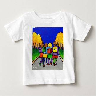 Piliero著家に行っている女の子 ベビーTシャツ