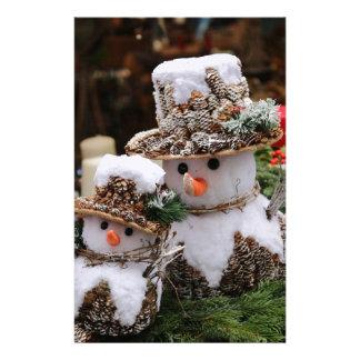Pineconeの帽子を身に着けている雪だるま 便箋