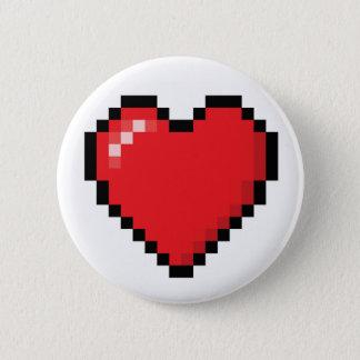 Pixelatedの赤いビデオゲームのハート 缶バッジ