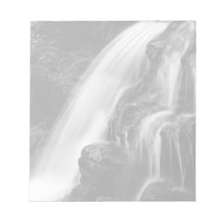 Poconosのモノクロ滝 ノートパッド