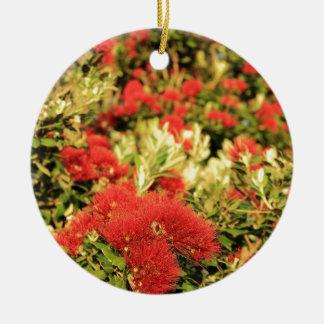 Pohutukawaの木の赤い花盛りの花 セラミックオーナメント