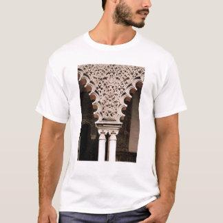 polylobeの1つの詳細はからアーチ形になります tシャツ