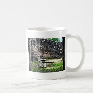 Pompeiの中庭の大理石の噴水およびベンチ コーヒーマグカップ