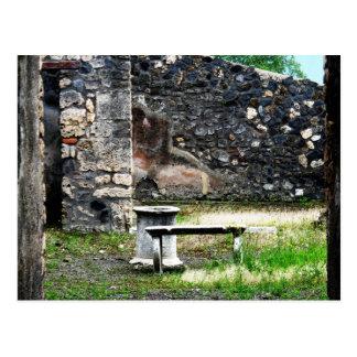 Pompeiの中庭の大理石の噴水およびベンチ ポストカード