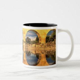 Pont DUガードのGardonの川、ガード、ラングドック、 ツートーンマグカップ