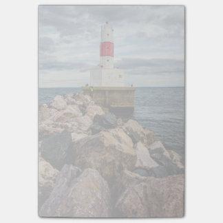 Presqueの島港の防波堤の灯台 ポストイット