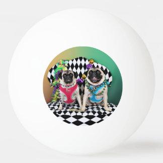 Pugsgivingの謝肉祭2015年の-アメリカヘラジカ及びMaggie -パグ 卓球ボール