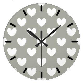 Pussywillowの灰色の白いポルカのハート ラージ壁時計