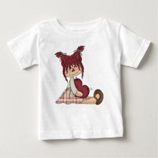 Raggedy国のきちんとした人形の赤いハートのピンクの女の子 ベビーTシャツ