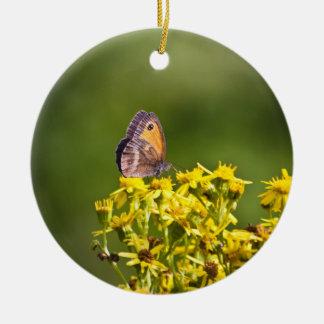 ragwortの花の草原のブラウンの蝶 セラミックオーナメント