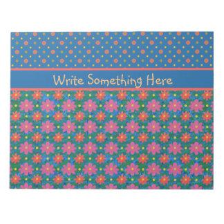 Rangoliの花およびポルカ、青いメモ帳またはJotter ノートパッド