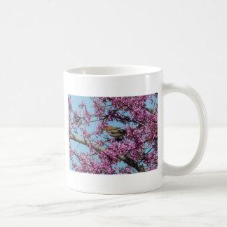 Redbudの木のフィンチ コーヒーマグカップ