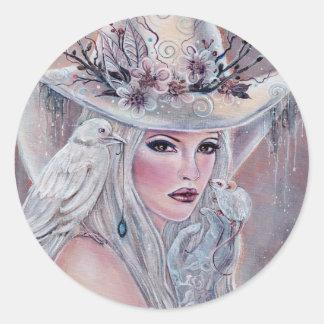 Renee Lavoie著ワタリガラスのステッカーを持つ白人の魔法使い ラウンドシール